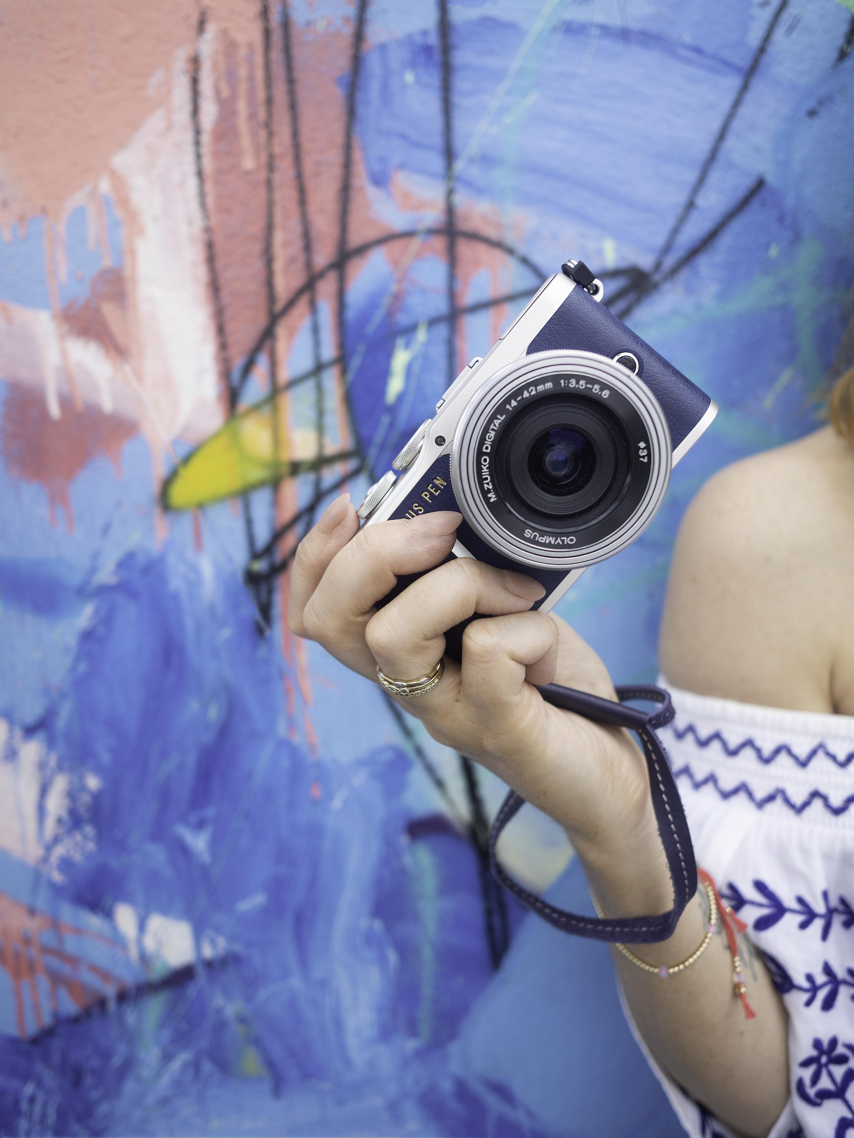 Nota de prensa: Pasión por la moda vaquera. Olympus lanza una versión especial de su últma cámara pen en azul. 03_blue-epl9-4