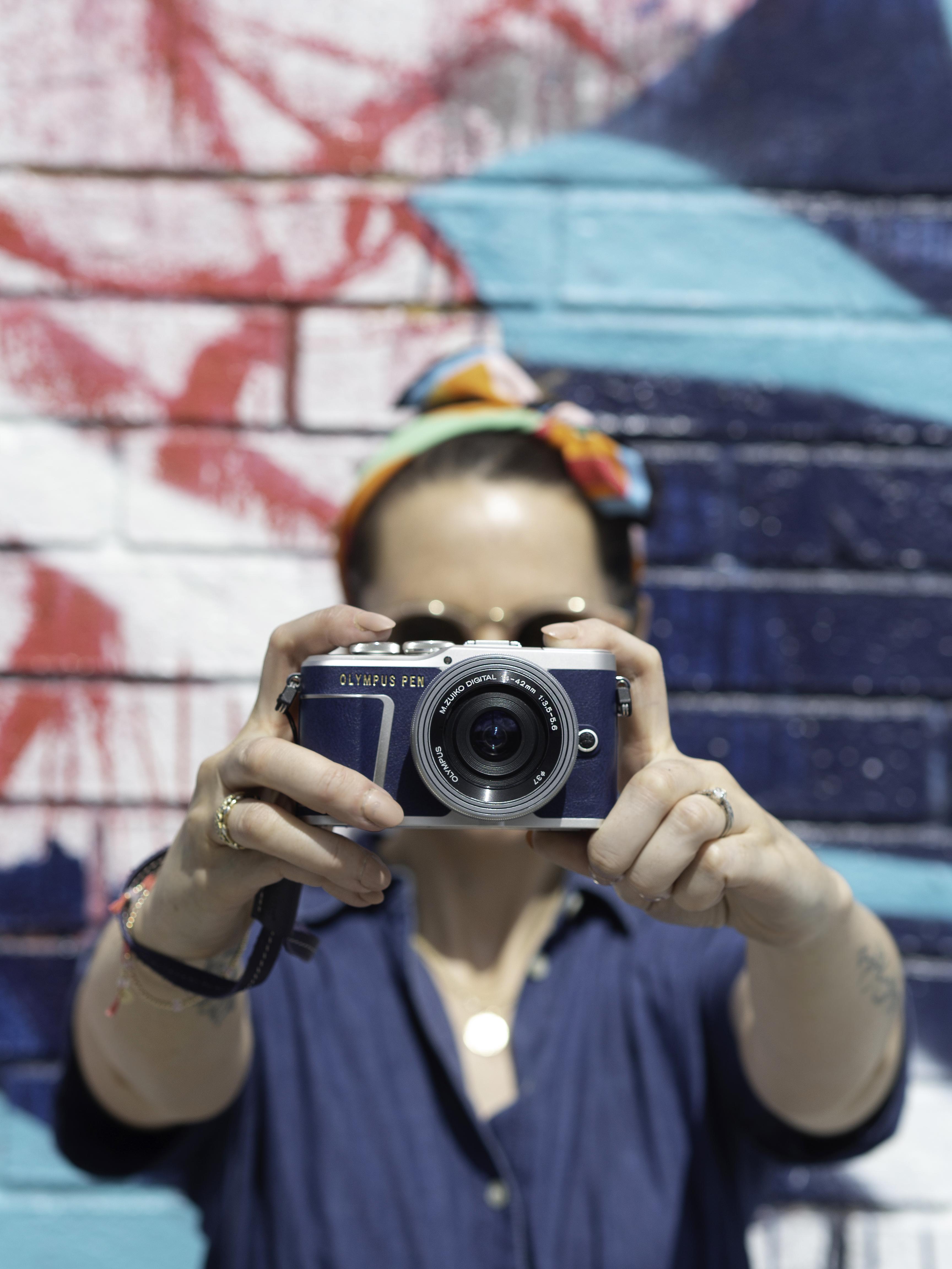 Nota de prensa: Pasión por la moda vaquera. Olympus lanza una versión especial de su últma cámara pen en azul. 05_blue-epl9-11