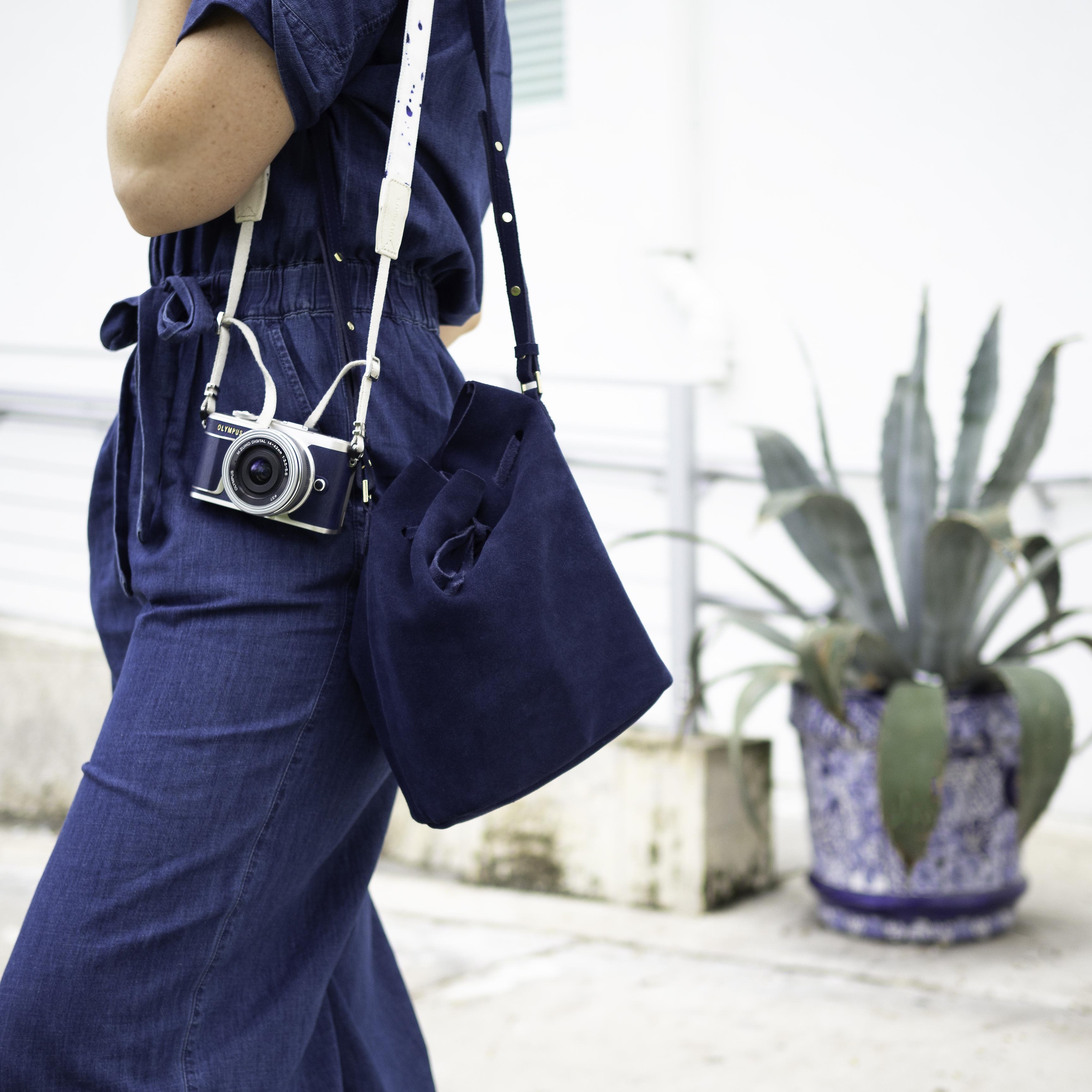 Nota de prensa: Pasión por la moda vaquera. Olympus lanza una versión especial de su últma cámara pen en azul. 06_blue-epl9-15