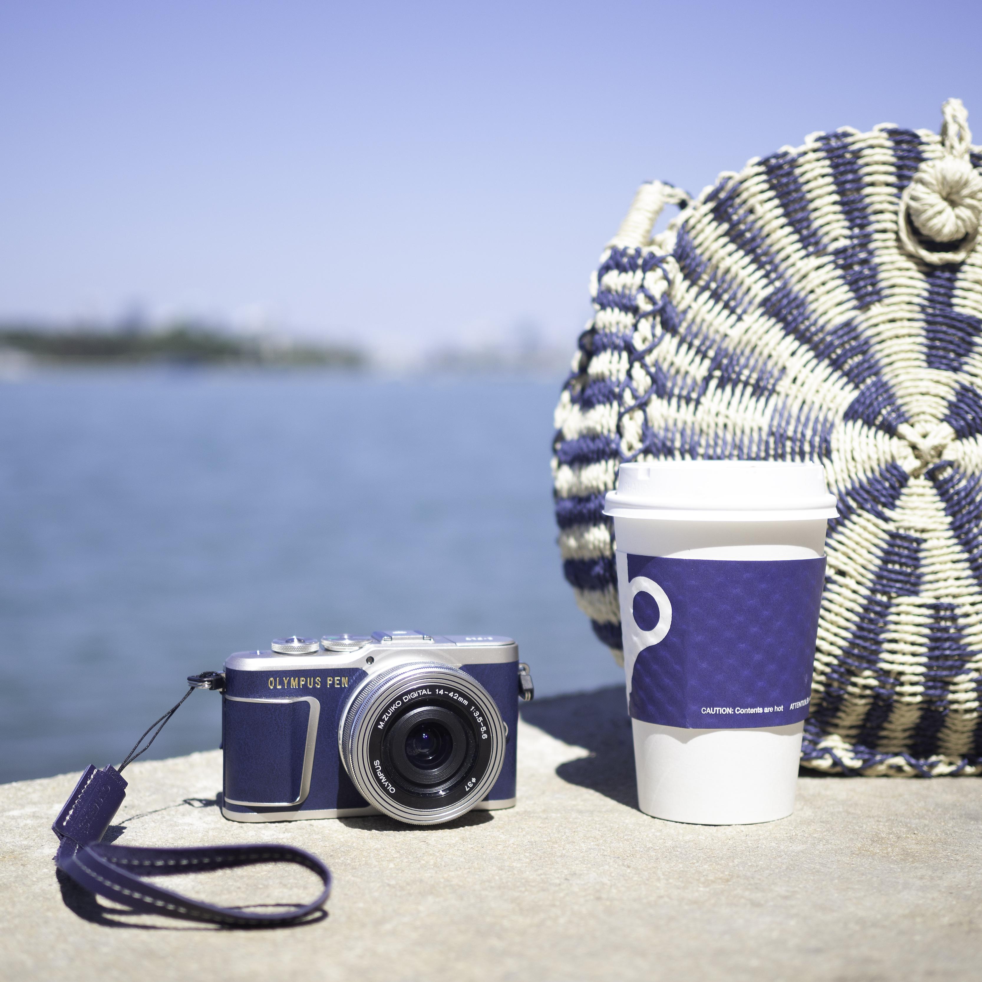 Nota de prensa: Pasión por la moda vaquera. Olympus lanza una versión especial de su últma cámara pen en azul. 07_blue-epl9-22